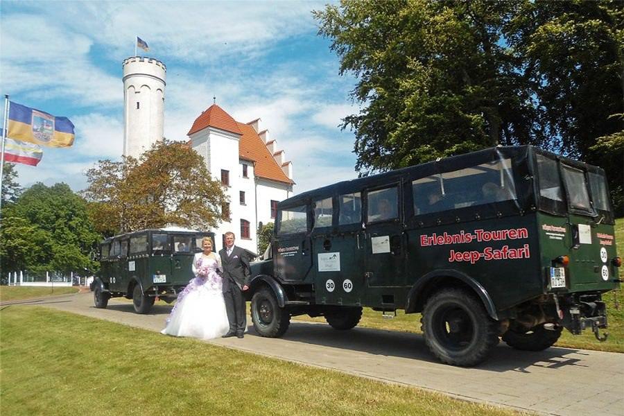 Hochzeit Rügen – Brautpaar vor Hanomag Jeep beim Schloss Ranzow in Lohme