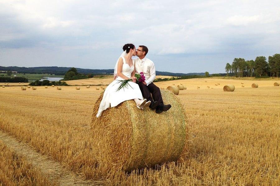 Brautpaar feiert Traumhochzeit auf Rügen mit Hanomag Tours aus Sassnitz an der Ostsee