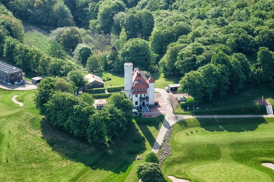 Luftbild vom Schloss Ranzow mit Golfplatz in Lohme auf Rügen