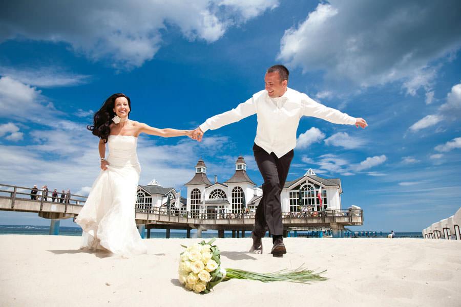 Heiraten auf Rügen am Strand vor der Seebrücke im Ostseebad Sellin