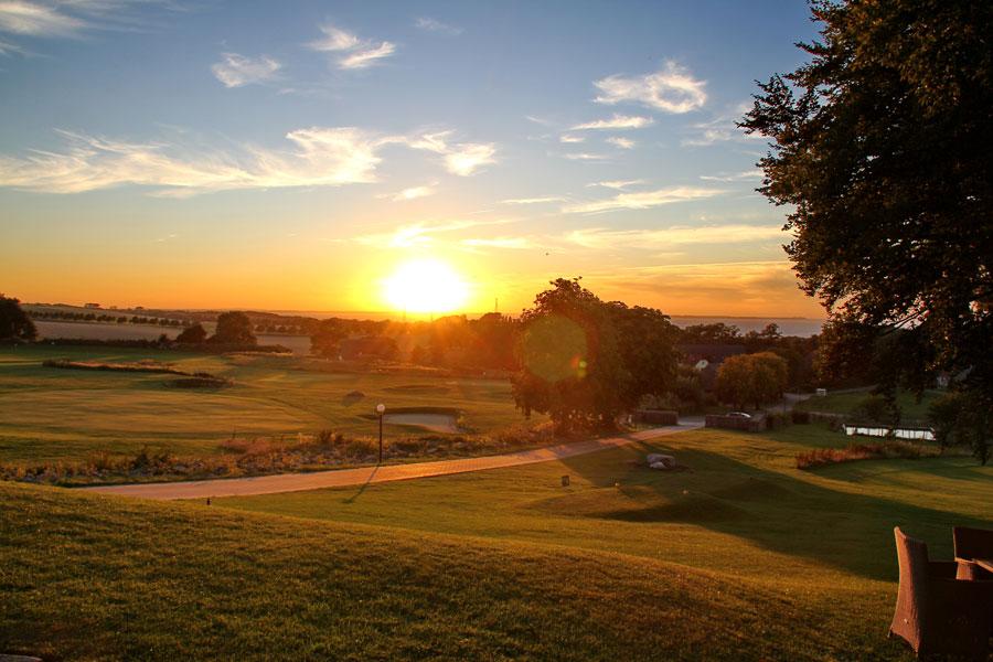 Sonnenuntergang über dem Golfplatz vom Schloss Ranzow in Lohme auf Rügen an der Ostsee