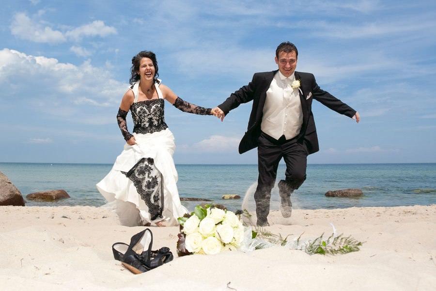 Heiraten Rügen Strand – Hochzeitspaar am Strand von Göhren auf Mönchgut an der Ostsee