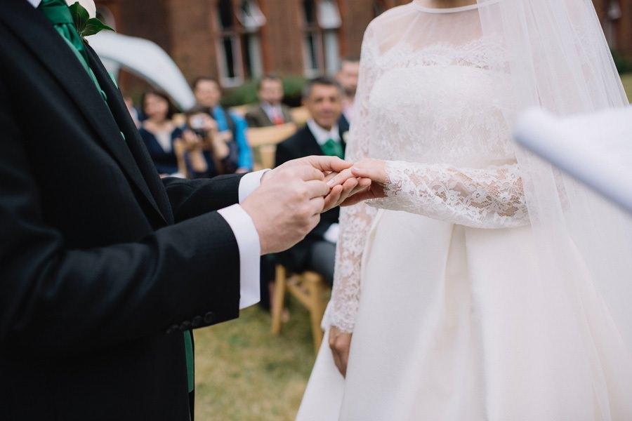 Tausch der Hochzeitsringe bei der Heirat auf der Insel Rügen an der Ostsee