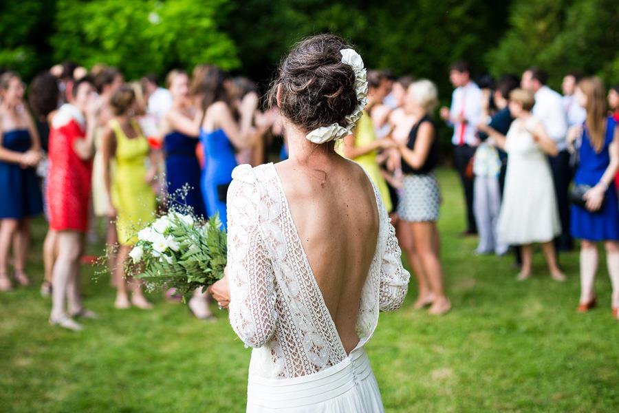 Brautstrauß werfen während der Hochzeit auf der Insel Rügen an der Ostsee