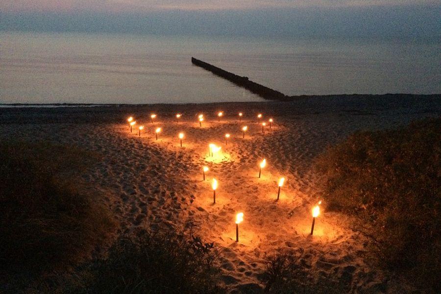 Romantischer Heiratsantrag und Verlobung am Strand der Insel Rügen