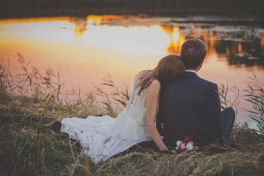 Hochzeitspaar am See – Romantisch heiraten auf Insel Rügen an der Ostseeküste