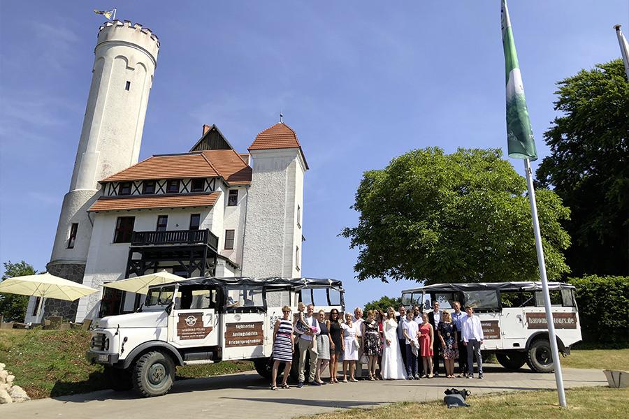 Hochzeitsgesellschaft-vor-Hanomag-Jeep-am-Schloss-Ranzow