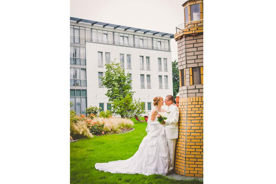 Glückliches Hochzeitspaar im Parkhotel Rügen in Bergen auf Deutschlands größter Ostseeinsel