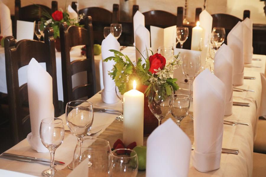 hochzeitstafel-catering-im-schloss-spyker-hochzeitsportal-insel-ruegen