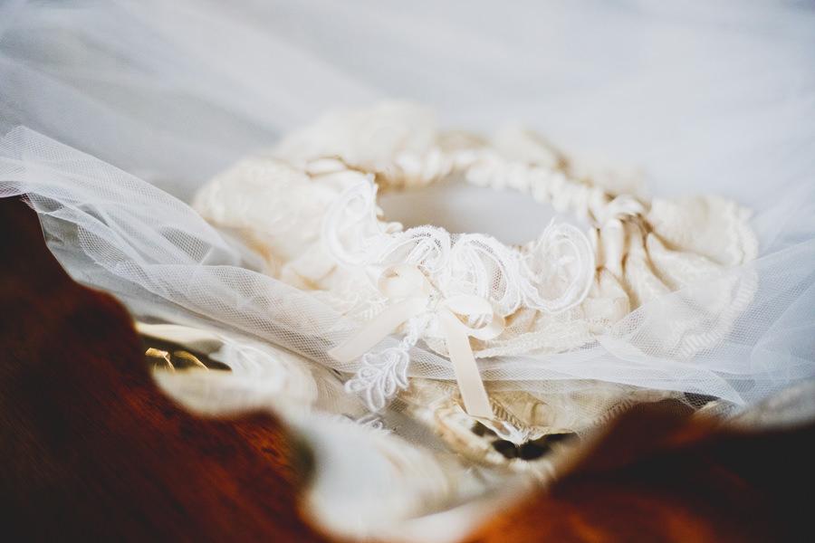 braut outfit hochzeitsmode von ruegen strumpfband tradition im hochzeitsportal | Hochzeitsportal Rügen