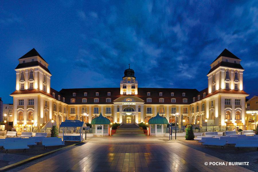travel-charme-kurhaus-binz-hotelfront-nacht-foto-pocha-burwitz